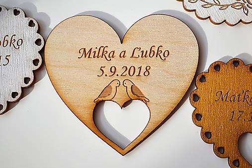 Svadobná drevená magnetka (srdce v srdci holúbky natural)