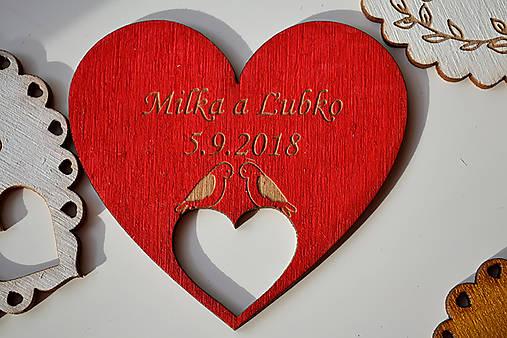 Svadobná drevená magnetka (srdce v srdci a holúbky červená)