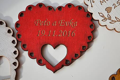 Svadobná drevená magnetka (srdce a holúbky červená)