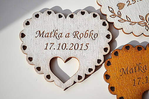 Svadobná drevená magnetka (srdce v srdci biela)