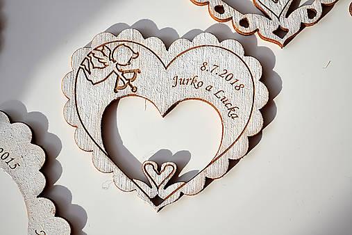 Svadobná drevená magnetka (srdce a labúťky biela)