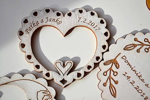 Svadobná drevená magnetka (srdce a labúťky biela 2)