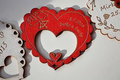 Svadobná drevená magnetka (srdce a labúťky červená)