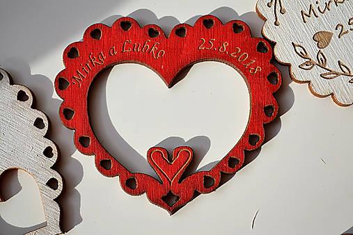 Svadobná drevená magnetka (srdce a labúťky červená 2)