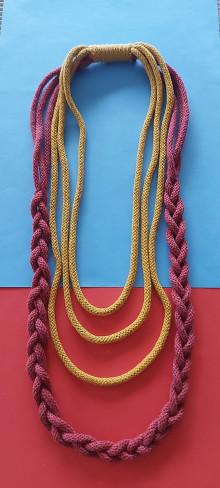 Náhrdelníky - Textilný šperk s vrkočom bordovožltý - 13187005_