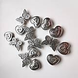 Korálky - VÝPREDAJ -motýliky a srdiečka 15ks - 13190377_