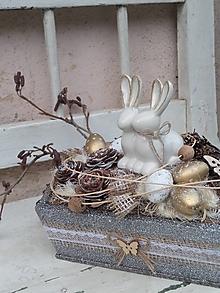 Dekorácie - Veľkonočná dekorácia so zajačikmi v bedničke - 13197509_