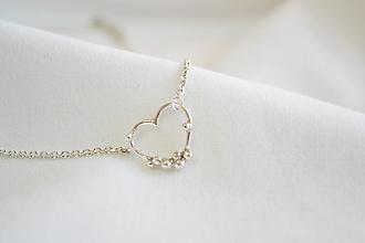 Náhrdelníky - Strieborný náhrdelník s guličkami - srdce - 13197136_