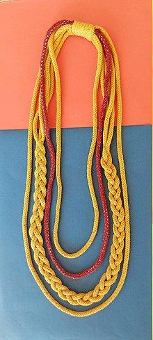 Náhrdelníky - Textilný šperk s vloženou bordovostriebornou šnúrou - 13196112_