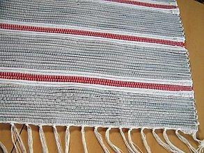Úžitkový textil - Tkaný koberec sivý s červ. a biel. pásikmi - 13196917_