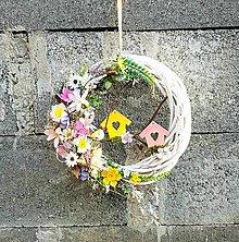 Dekorácie - Veniec na dvere, jarný, letný, celoročný prútený, prírodný, pastelový s búdkami a vtáčikom - 13201028_