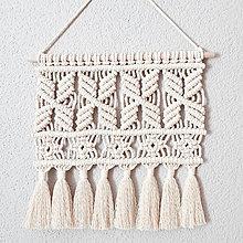 Dekorácie - Makrame na drievku so strapčekmi - 13202810_