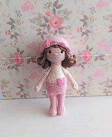 Hračky - Háčkovaná bábika s klobúčikom - 13201621_
