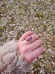 Prstene - Rodonit prsteň z rhodiovaného striebra - 13205467_