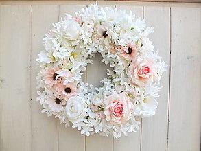 Dekorácie - Kvetinový veniec - 13216706_