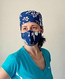 Rúška - Dizajnová operačná - chirurgická čiapka biele maľované kvety na modrej - 13220956_