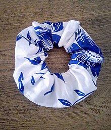 Ozdoby do vlasov - Scrunschies gumička  modré maľované kvety na bielej s/bez ušiek - 13224325_