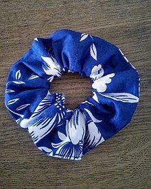 Ozdoby do vlasov - Scrunschies gumička modré maľované kvety na bielej s/bez ušiek - 13224375_