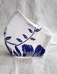 Rúška - Dizajnové rúško na tvár   modré maľované kvety na bielej - 13225047_