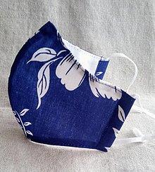 Rúška - Dizajnové rúško na tvár biele maľované kvety na modrej - 13225091_