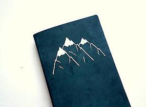 """Papiernictvo - Zápisník kožený s autorskou kresbou ,,hory """" A5 nubuk nočná modrá - 13227542_"""
