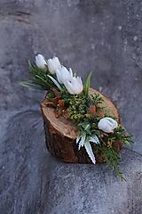 Dekorácie - Malý aranžmán na drevenom polienku - 13231478_