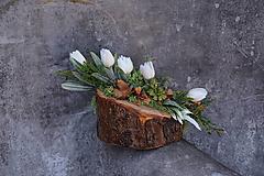Dekorácie - Malý aranžmán na drevenom polienku - 13231490_