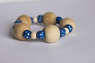 Náramky - Modrý maľovaný boho náramok z drevených korálok - 13238792_