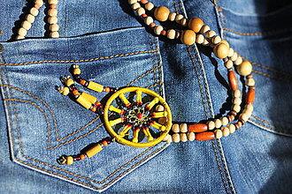 Náhrdelníky - Boho lapač snov náhrdelník s drevenými korálkami - 13244235_