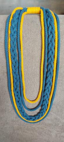 Náhrdelníky - Textilný šperk s vrkočom a žltou - 13243235_