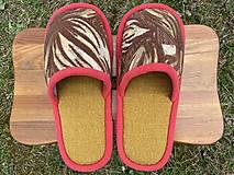 Obuv - Hnedé vzorové papuče s červeným lemom - 13246544_