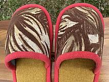 Obuv - Hnedé vzorové papuče s červeným lemom - 13246545_