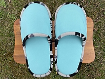 Veľké tyrkysové papuče s čiernobielym lemom
