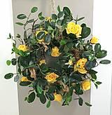 Dekorácie - Veľký veniec z luxusnými žltými ružami - 13258600_