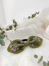 Ozdoby do vlasov - Malá ľanová vyšívaná mašlička na gumičke KHAKI GREEN - 13255711_