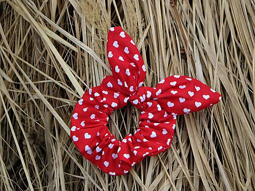 Scrunchies ušatá mini srdiečka na červenej