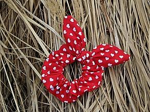 Ozdoby do vlasov - Scrunchies ušatá mini srdiečka na červenej - 13272243_