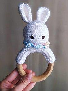 Hračky - Amigurumi háčkovaná hrkálka zajačik - 13276827_