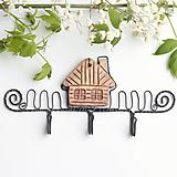 Nábytok - vešiak s keramickým domčekom - 13287318_