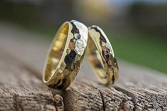 Prstene - Obrúčky srdcom tepané /polguľaté zo zlata/ - 13286664_