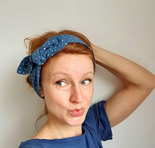 Dámska čelenka s dekoračným uzlíkom - modrá s bodkami