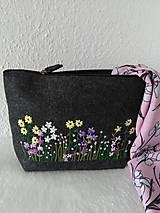 Taštičky - V tráve (ručne vyšívaná viacúčelová taška) - 13287726_