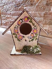 Dekorácie - Vtáčia búdka s venčekom ružových a bielych kvietkov - 13287858_