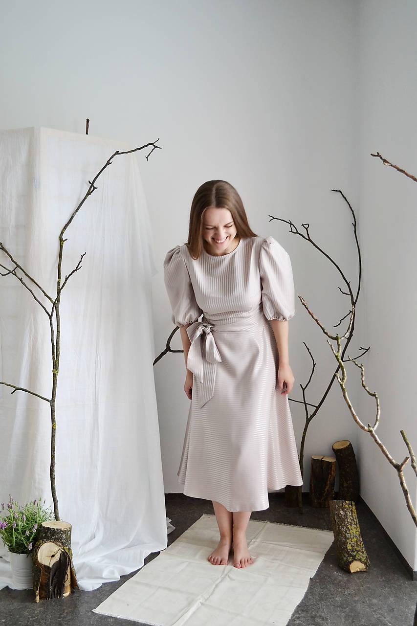 Hodvábne prúžkované šaty s riasenými rukávmi a polkruhovou sukňou