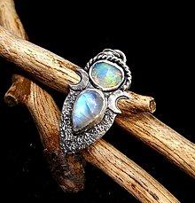 Náhrdelníky - Strieborný Prívesok s Etiópskym drahým Opálom a Mesačným kameňom - 13290692_