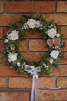 Dekorácie - Venček s bielymi ružami - 13295099_