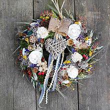 Dekorácie - Veniec na dvere strapatý, prírodný celoročný, so sušenými kvetmi, srdiečkom - 13304641_