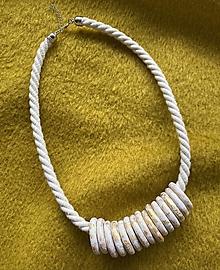 Náhrdelníky - Bílozlaté kroužky na režném laně - 13306814_