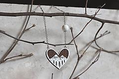 Drevený maľovaný prívesok Srdce z lesa
