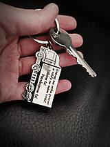 Kľúčenky - Prívesok na kľúče v tvare kamiónu s gravírovaním textom: Dávaj na seba pozor a vždy sa nám vráť. Ľúbime ťa. Potrebujeme - 13307771_
